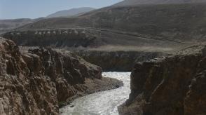 Au fond la route afghane semble encore plus dantesque